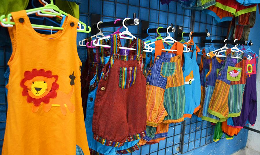 ropa divertida para bebes y niños, moda alternativa hippie al mayor, verano hippie para bebes, petos afganos y petos bebe, vestidos coloridos para niñas, pachamama kids